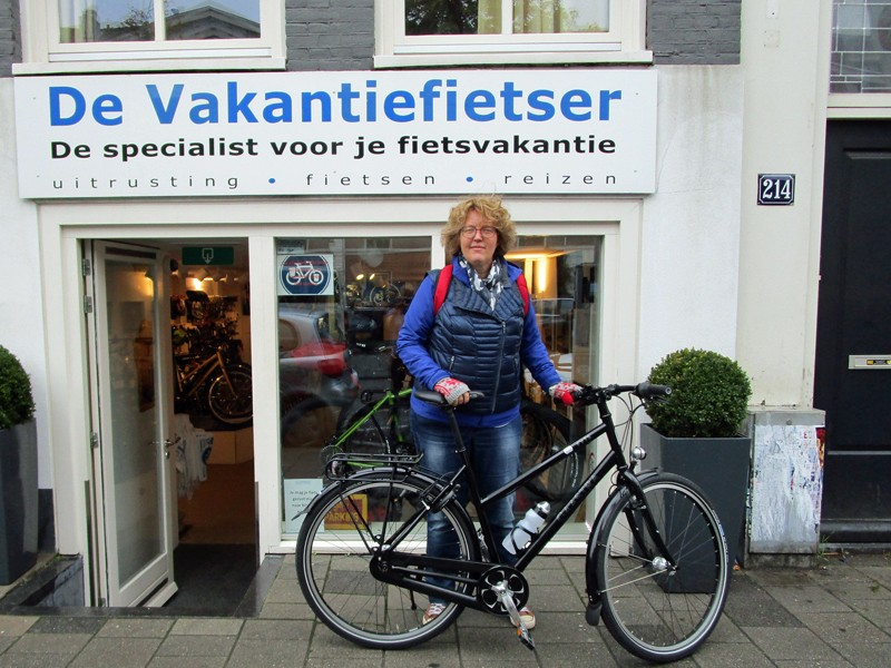 Kitty kwam haar nieuwe fiets ophalen om hier voortaan mee naar Bergen te fietsen. Veel plezier!