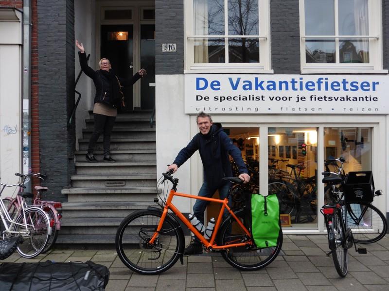 Mark met z'n opvallende fiets samen met de vrolijke buurvrouw van de Vakantiefietser