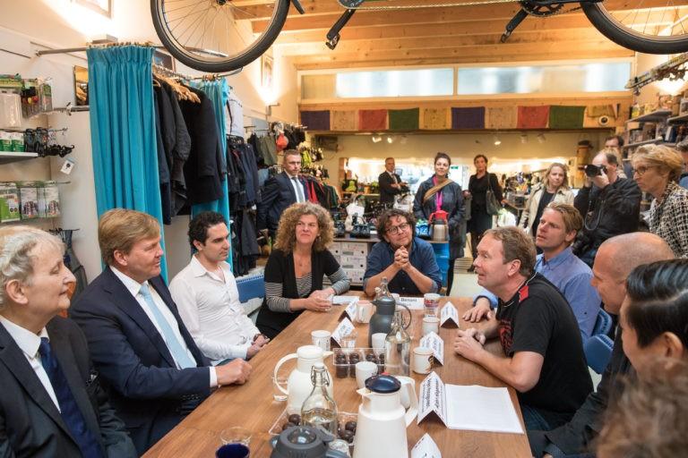 Koning Willem-Alexander en burgemeester Van der Laan aan tafel met Eric Schuijt bij De Vakantiefietser.