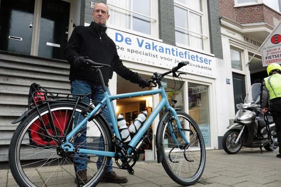 Wim is trots op z'n blauwe Santos.