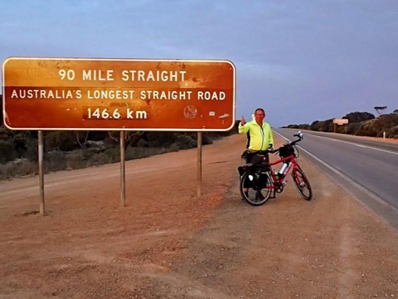Tiemen fietst door Australie en kwam op deze bijzondere weg terecht.
