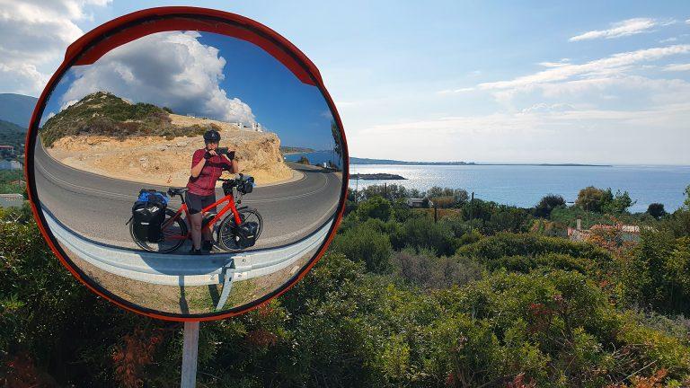 carla-fotografeert-zichzelfin-bolle-spiegel-met-koga
