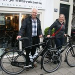 Frank Willem poseert met een Gaastra Fyts 4.14 en Monica met een idworx Easy Rohler Lady, gekocht bij De Vakantiefietser