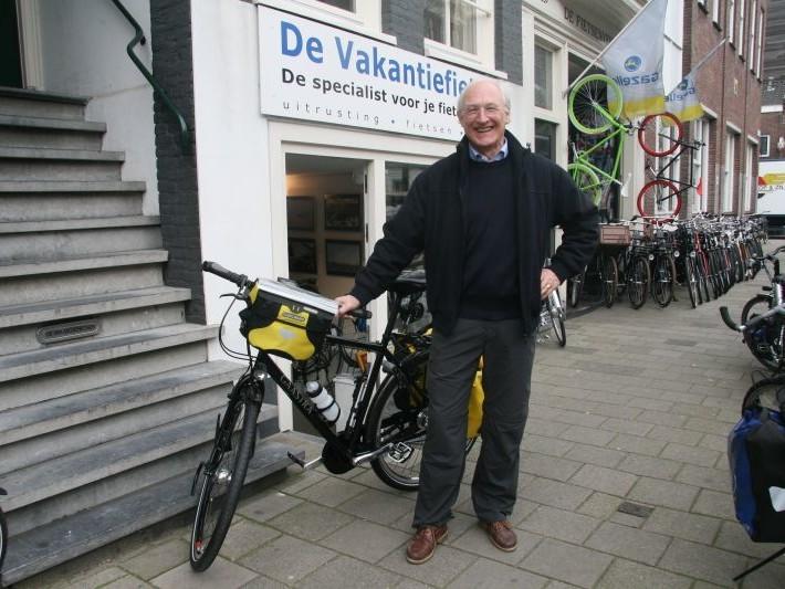 De heer van Beeck poseert met een Gaastra Fyts 414, gekocht bij De Vakantiefietser