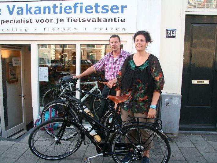 Francien en Jan poseren met een Gaastra Fyts 4.14, gekocht bij de Vakantiefietser