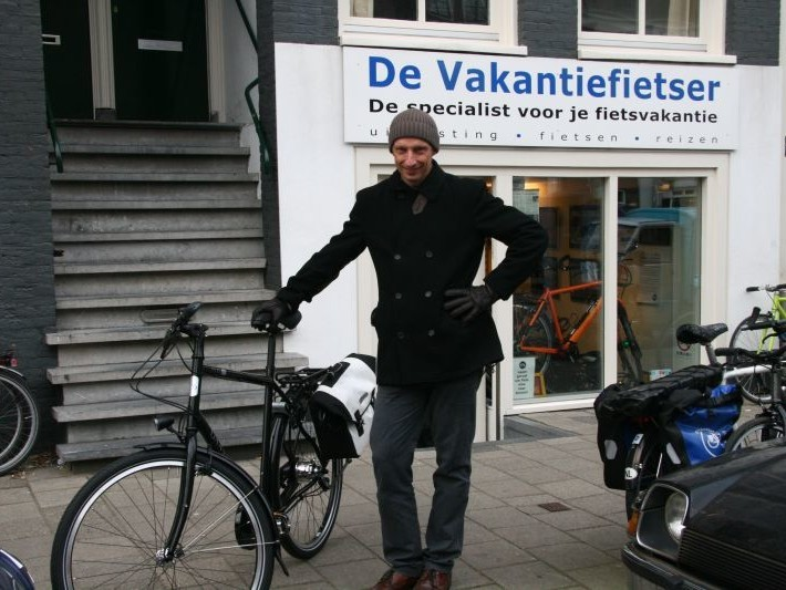 Yvo poseert met een Gaastra Fyts, gekocht bij De Vakantiefietser