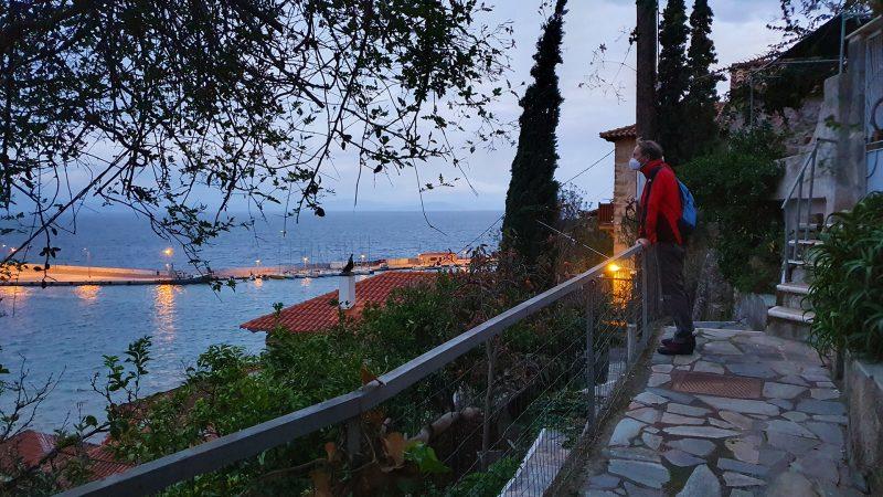 gythio-eric-kijkt-uit-over-haventje-avondlicht