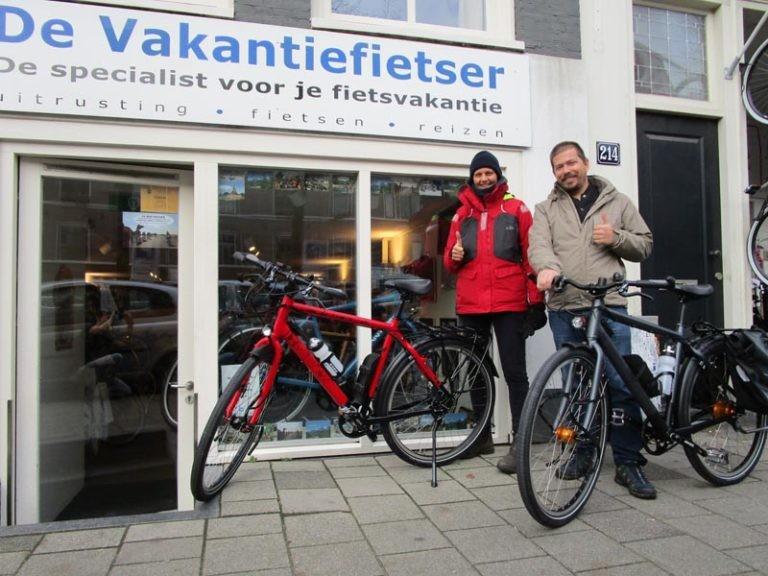 Helga en Greg hebben allebei een nieuwe fiets gekocht. Helga een rode Santos travel lite en Greg ook een Santos travel lite, maar dan zwart.