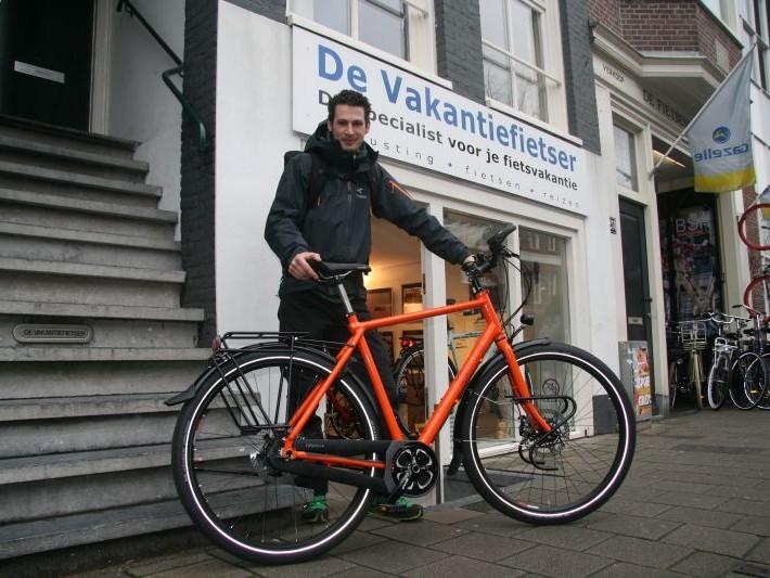 Jeroen poseert met een idworx All Rohler, gekocht bij De Vakantiefietser