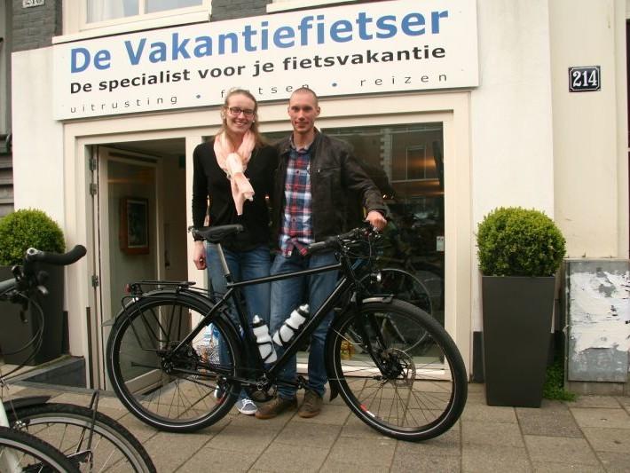 Laurens poseert met een idworx All Rohler, gekocht bij De Vakantiefietser