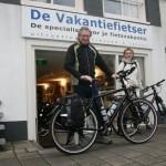 Albert en Hanneke poseren met een idworx Easy Rohler Evo, gekocht bij De Vakantiefietser
