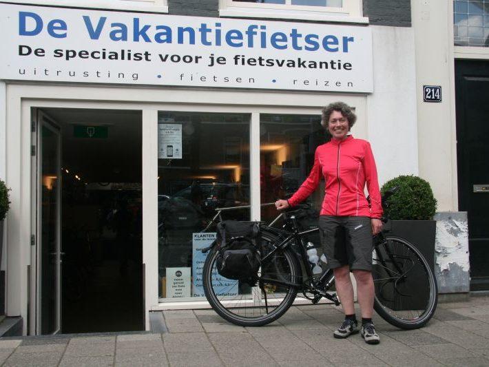 Barbara poseert met een idworx Easy Rohler Evo, gekocht bij De Vakantiefietser