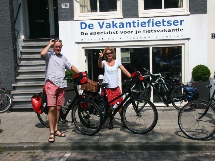 Gerard en Marja poseren met een idworx Easy Rohler Evo, gekocht bij de Vakantiefietser