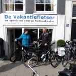 Hans en Bianca poseren met een idworx Easy Rohler Evo, gekocht bij De Vakantiefietser