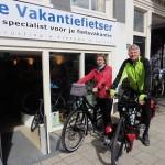 Gonnie en Piet poseren met een idworx Easy Rohler, gekocht bij De Vakantiefietser