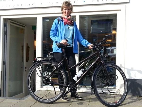 Henriette poseert met een idworx Easy Rohler Travel, gekocht bij De Vakantiefietser