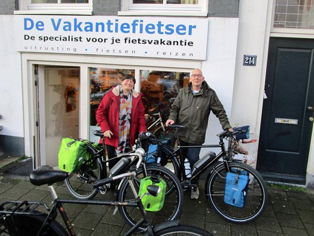 Kees en Arianne hebben beiden een zwarte Idworx oPinion-e. De verschillende kleuren tassen zijn hoogstwaarschijnlijk bedoelt om ze uit elkaar te houden... Heel veel fietsplezier gewenst aan jullie beiden!