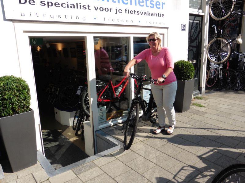 Hanneke poseert met een idworx Power Rohler, gekocht bij de Vakantiefietser