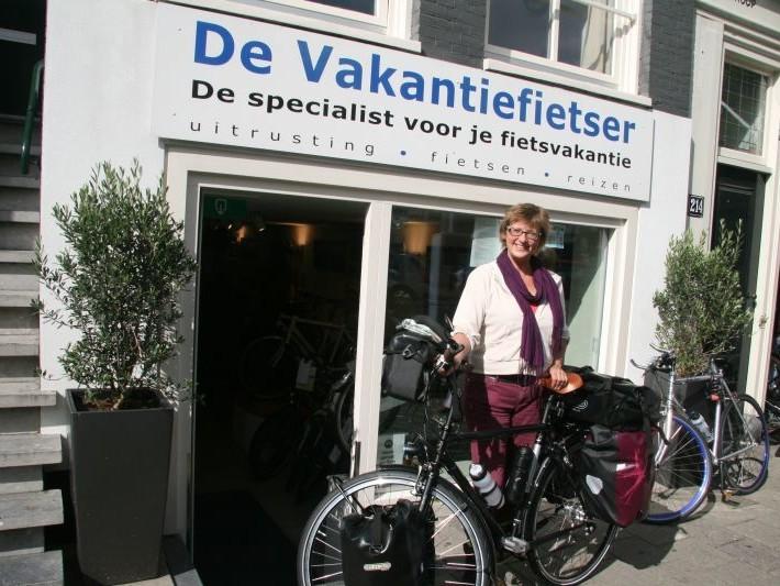 Gerdi poseert met een Koga Randonneur, gekocht bij De Vakantiefietser