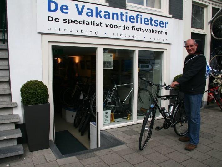 Jan poseert met een Koga Randonneur, gekocht bij De Vakantiefietser