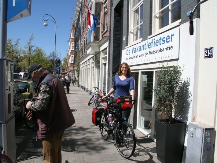 Karin poseert met een Koga Randonneur, gekocht bij De Vakantiefietser