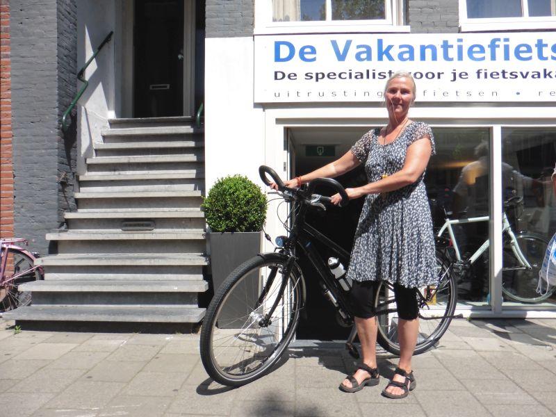 Marianne poseert met een Koga Signature, gekocht bij de Vakantiefietser