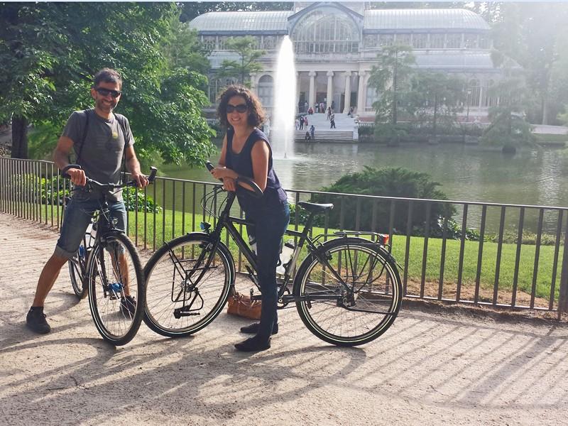 Raul en Maria poseren met hun Koga Signatures, gekocht bij de Vakantiefietser
