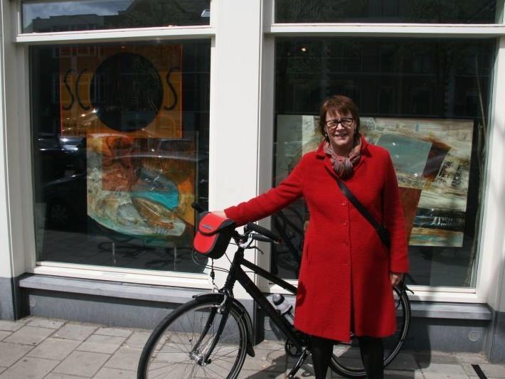 Erica poseert met een Koga Signature Mixte, gekocht bij De Vakantiefietser
