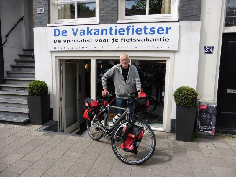 Fokko poseert met een Koga Signature Traveller, gekocht bij De Vakantiefietser