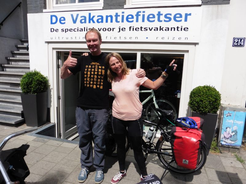 Lena poseert met een Koga Signature Worldtraveller 29, gekocht bij de Vakantiefietser