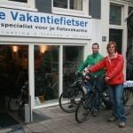 Anniek en Paul poseren met een Koga Traveller en Koga Signature, gekocht bij De Vakantiefietser
