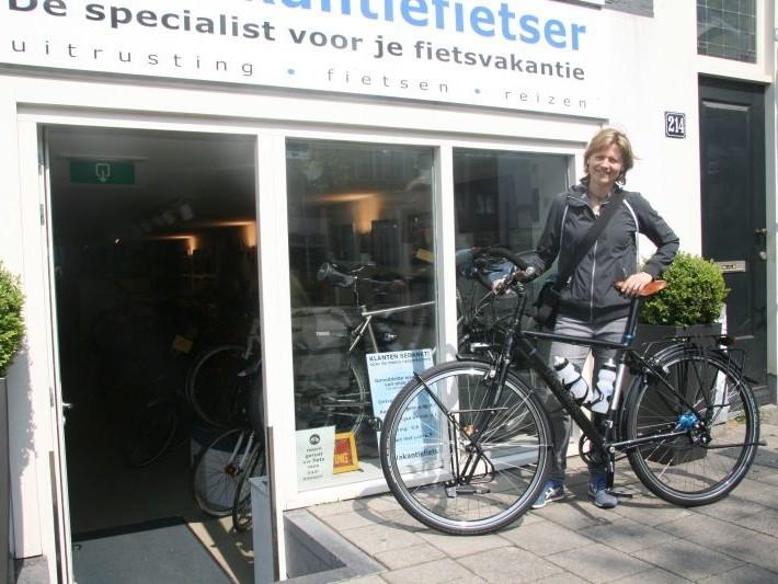 Diane poseert met een Koga WorldTraveller 29, gekocht bij De Vakantiefietser