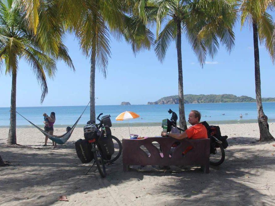 Eric op bankje op strand Costa Rica