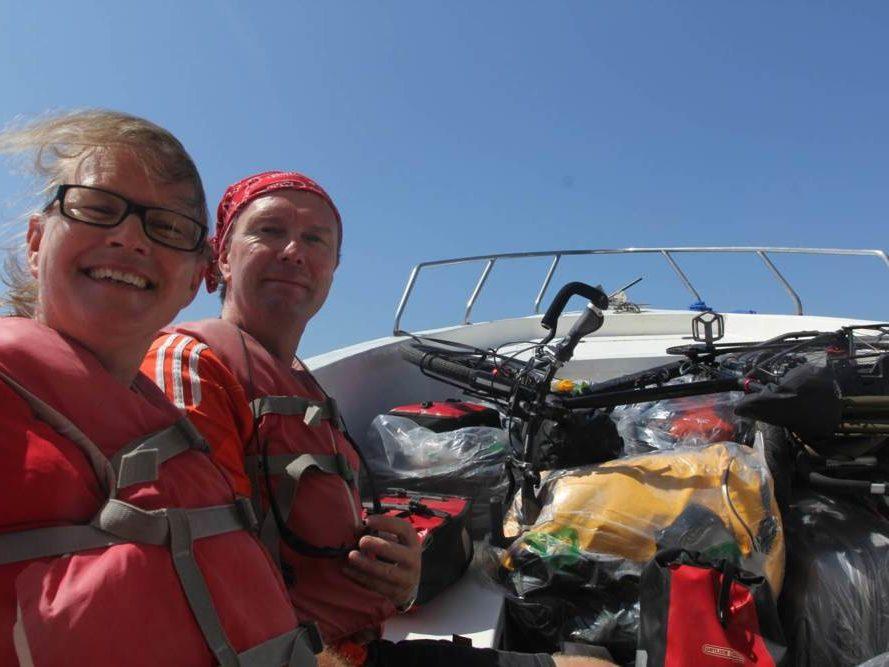 Carla en Eric in een boot met fietsen op Costa Rica