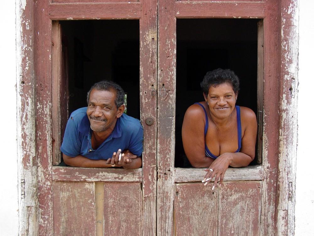 Twee inwoners van Cuba in de deuropening