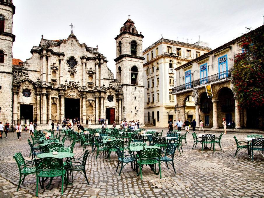 Plein met kathedraal in Havana op Cuba