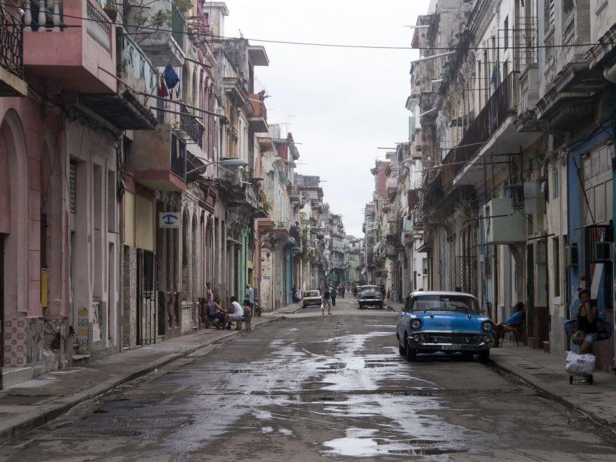 Straat in Havana met paar auto's en mensen