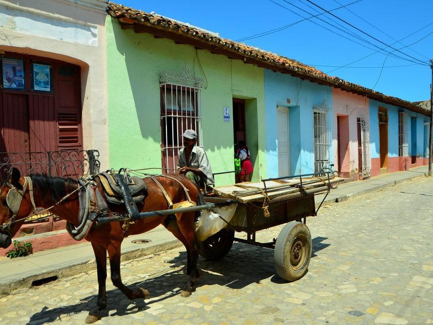 Paard en wagen voor authentieke huisjes in Trinidad op Cuba