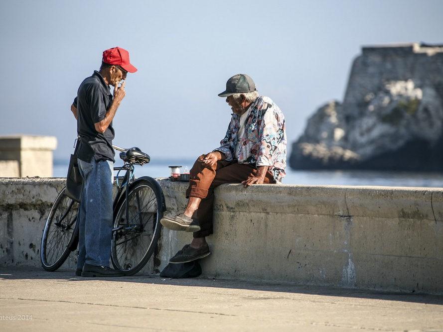 Twee oude mannen aan het water in Havana op Cuba