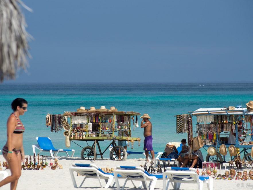Strand met verkoopwaar in Varadero op Cuba