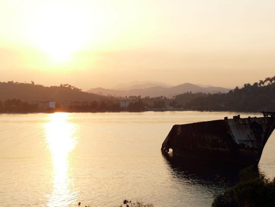 Boot in het water bij zonondergang op Cuba