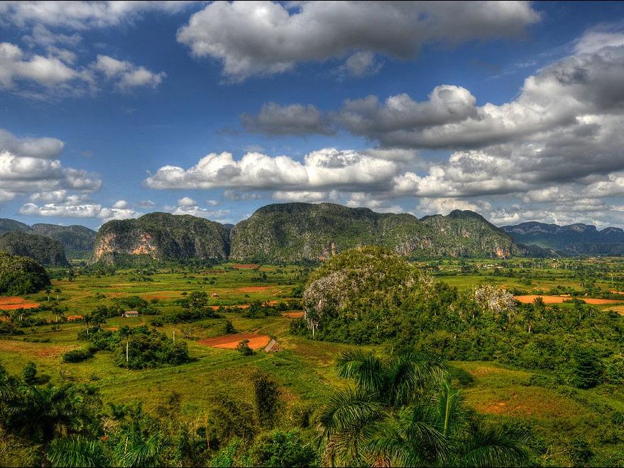 Uitzicht over landschap met bergen en Vinales vallei op Cuba