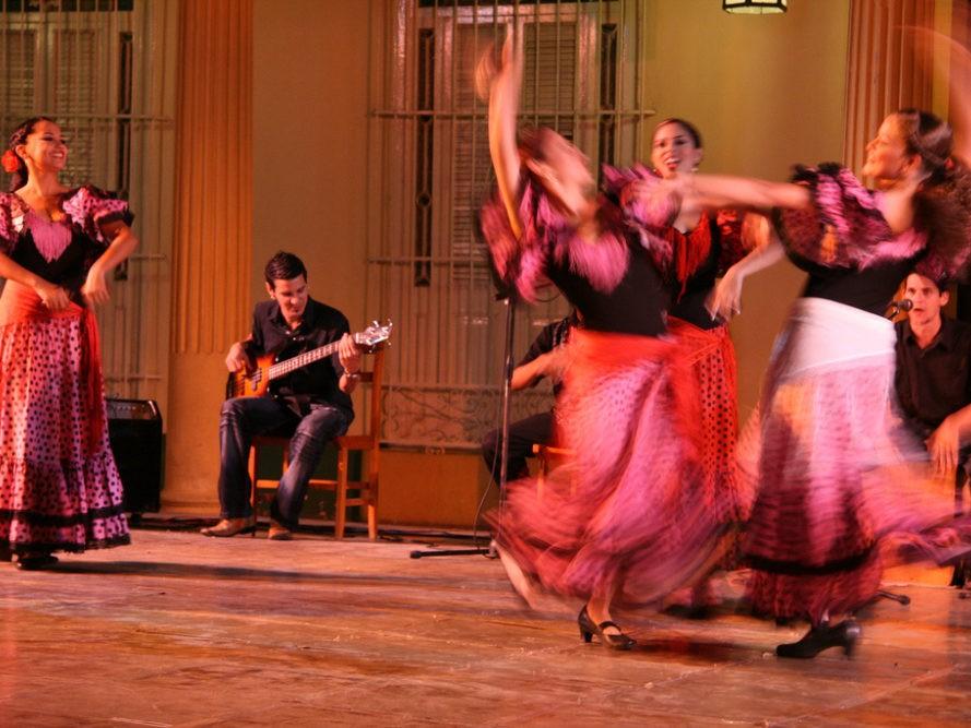 Dansende vrouwen in authentieke kleding op Cuba