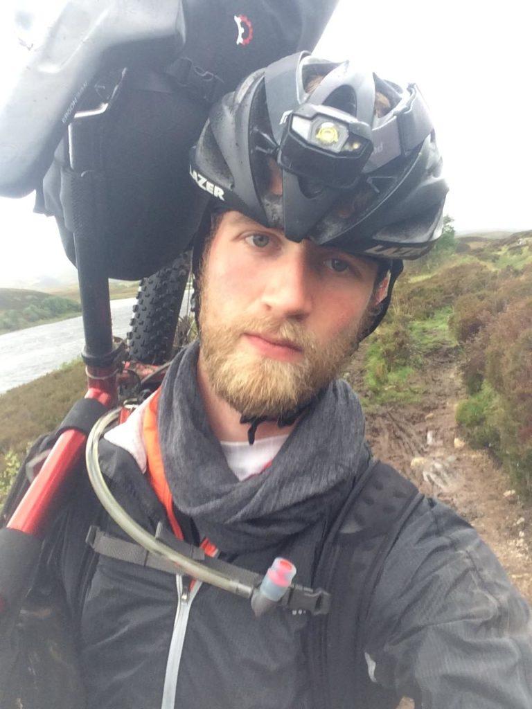 Chris met zijn fiets tijdens Highland Trail Race Schotland