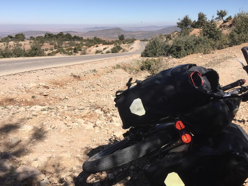 Vakantiefiets naast de weg in berglandschap in Marokko