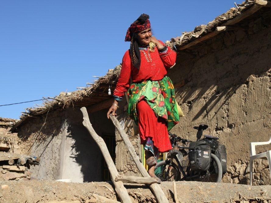 Oudere Marokkaanse vrouw bij haar woning in Marokko