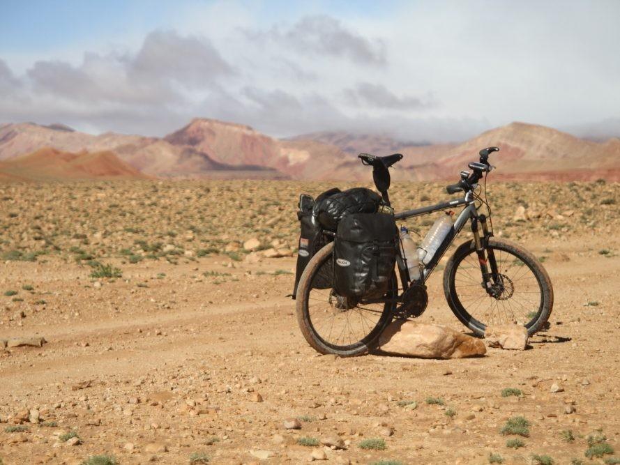 Vakantiefiets in berglandschap van Marokko