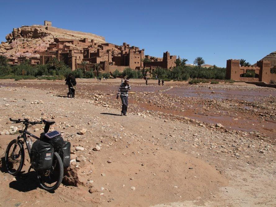 Vakantiefiets bij kasba in Marokko