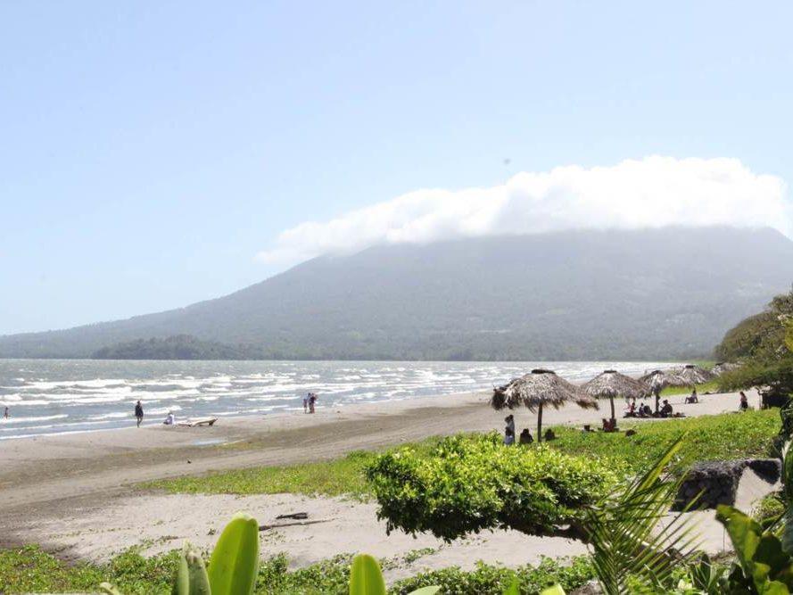 Strand met parasols in Nicaragua