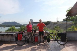 Carla en Eric naast hun fietsen in Panama
